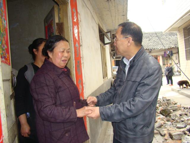 西南水泥领导慰问地震受灾员工