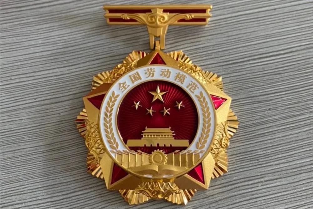 """喜讯!中国建材集团胡亚东肯讲、刘锦帆获""""全国劳动模范""""荣誉称号"""